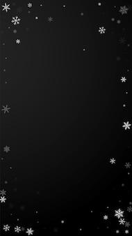 Fundo de natal de queda de neve esparsa. flocos de neve voando sutis e estrelas em fundo preto. modelo de sobreposição de floco de neve de prata real inverno. ilustração vertical resplandecente.