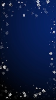 Fundo de natal de queda de neve esparsa. flocos de neve voando sutis e estrelas sobre fundo azul escuro. divertido modelo de sobreposição de floco de neve de prata. ilustração artística vertical.