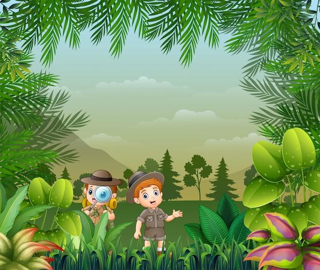 Fundo de paisagem com as crianças do explorador