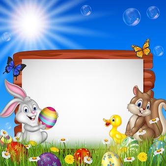 Fundo de páscoa com pequenos animais e sinal em branco