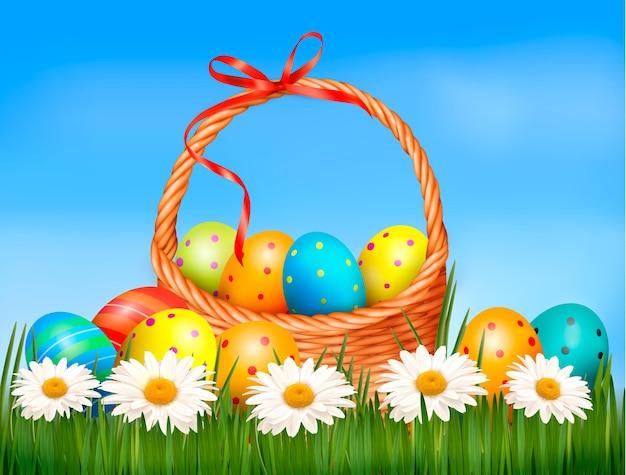 Fundo de páscoa. ovos de páscoa e flores com cesta na grama.