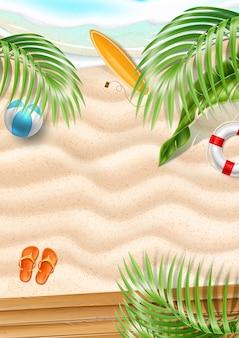 Fundo de praia de verão. areia à beira-mar com ondas azuis e folhas tropicais prancha de surf flip-flops bóia salva-vidas