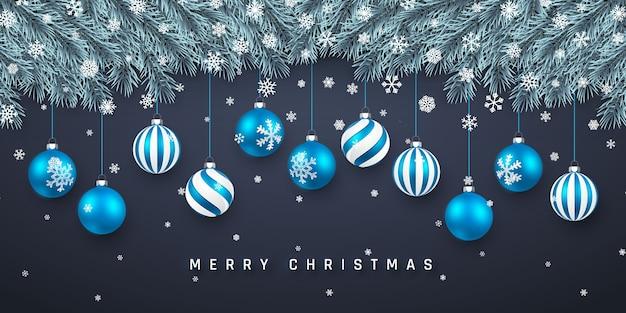 Fundo festivo de natal ou ano novo. galhos de árvore do natal com confete e bolas azuis de natal. fundo do feriado.