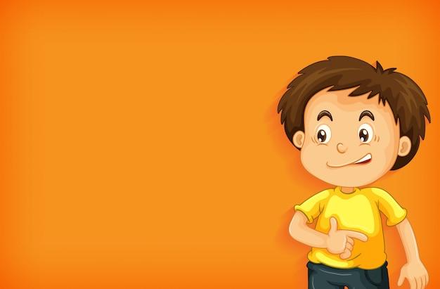 Fundo liso com menino de camisa amarela