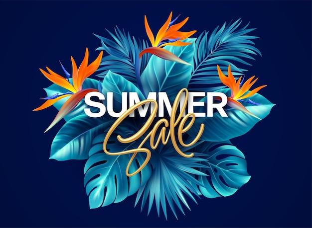 Fundo tropical de verão com flores strelitzia e folhas tropicais