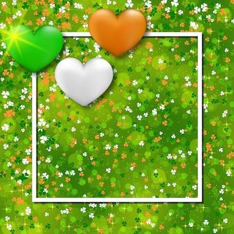 Fundo verde do dia de são patrício com folhas de trevo e corações