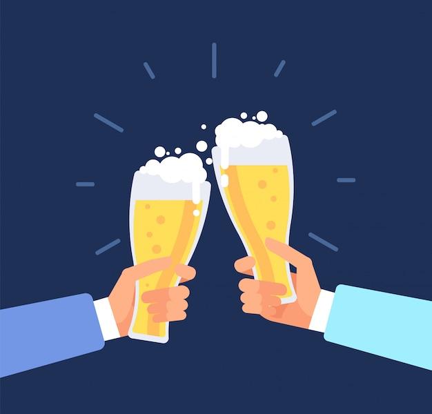 Fundo viril de cerveja. homens brindando, mãos tilintam de copos de cerveja. festival de outubro