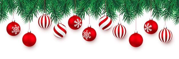 Galhos de árvores de natal e bola vermelha de natal