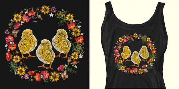 Galinhas de bordado e coroa de flores