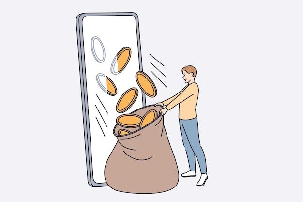 Ganhar dinheiro online no conceito de internet. homem sorridente em pé e pegando moedas de ouro caindo da tela do smartphone.