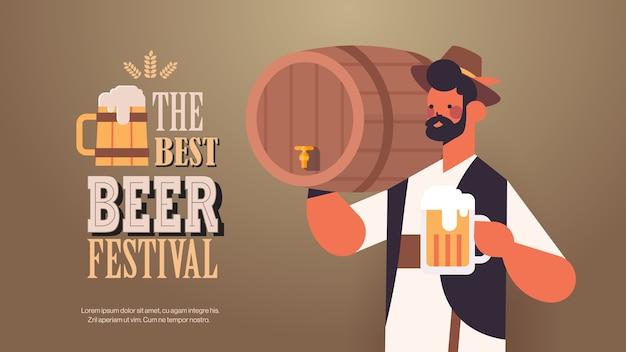 Garçom segurando barril e caneca festa da oktoberfest no festival de cerveja