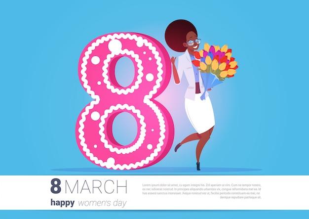 Garota afro-americana, segurando o buquê de flores saudação do dia das mulheres felizes 8 de março de férias