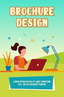 Garota aprendendo online por meio do modelo de folheto do laptop