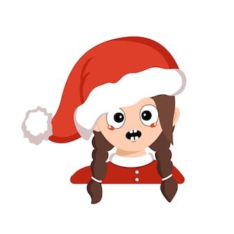 Garota com emoções em pânico, rosto surpreso, olhos chocados com chapéu de papai noel vermelho. gracinha com expressão de medo em fantasia de carnaval para o ano novo, natal e férias. cabeça de criança adorável