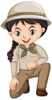 Garota com uniforme de guarda florestal em fundo branco