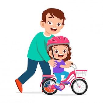 Garota de criança fofa feliz andando de bicicleta com o pai