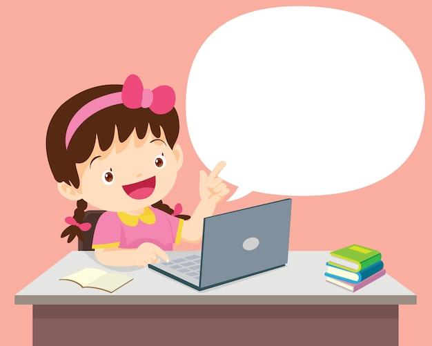 Garota de estudantes sentado com laptop e falando com bolha do discurso