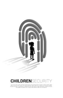 Garota de pé no ícone de digitalização de dedo. conceito de plano de fundo para segurança infantil e tecnologia de privacidade para dados de identidade