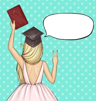 Garota de pós-graduação no chapéu de formatura com diploma