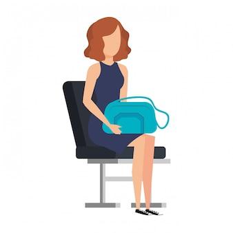 Garota de turista com bolsa na cadeira do aeroporto