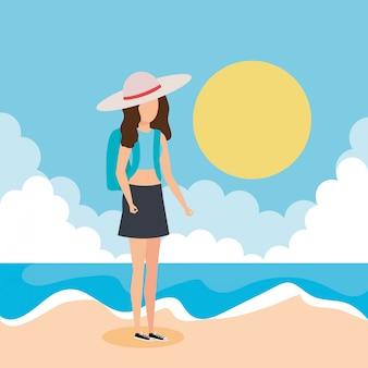 Garota de turista com chapéu de verão na praia