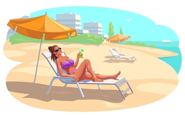 Garota é relaxante na praia com um cocktail.