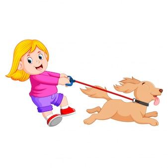 Garota feliz andando com cachorro engraçado