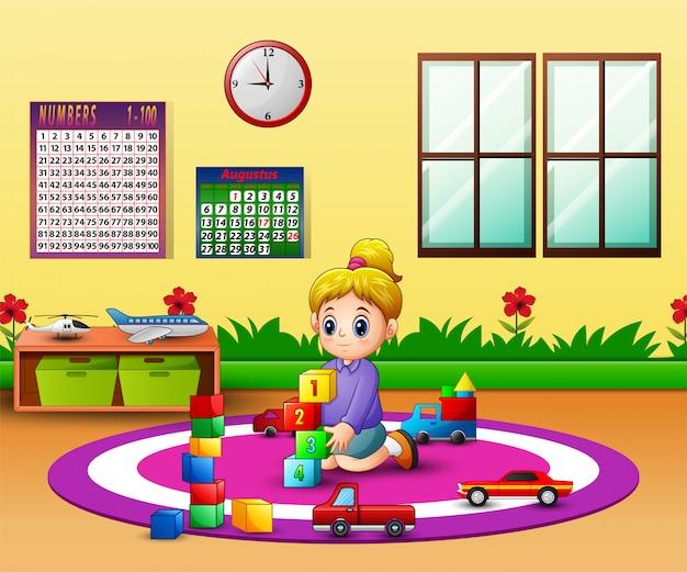 Garota feliz, brincando com brinquedos de blocos