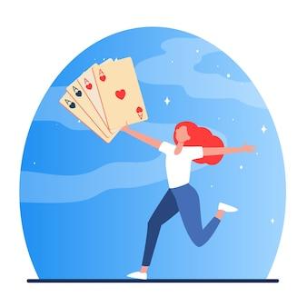 Garota feliz correndo com cartas nas mãos. conceito de jogo