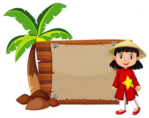 Garota feliz em traje vietnamita
