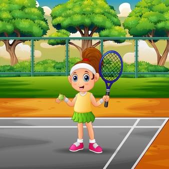 Garota feliz jogando tênis nos tribunais