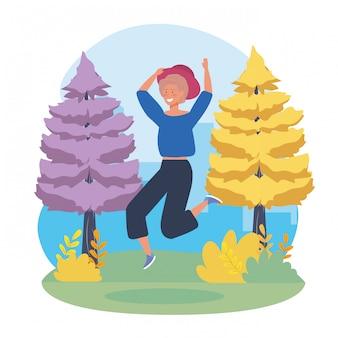 Garota feliz pulando com árvores de pinheiros