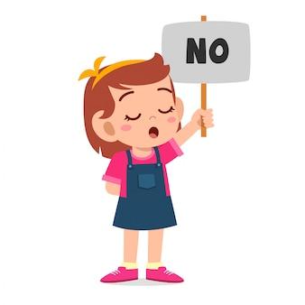 Garota garoto bonito feliz levar um cartaz de não