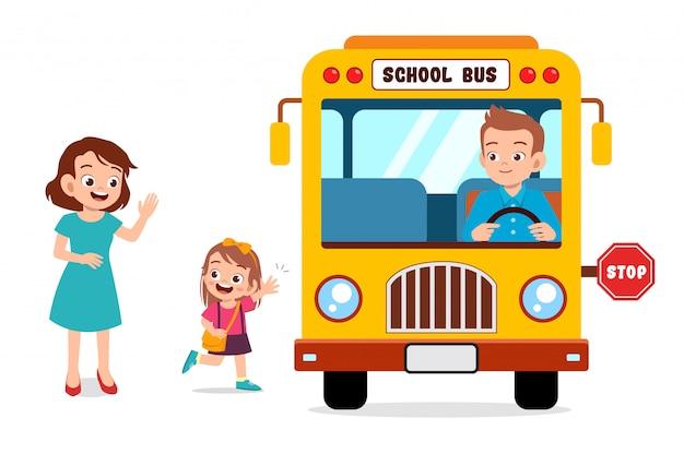 Garota garoto com mãe esperar ônibus escolar
