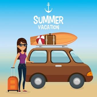 Garota na praia com férias de verão