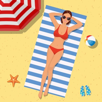 Garota na praia com um biquíni. horário de verão