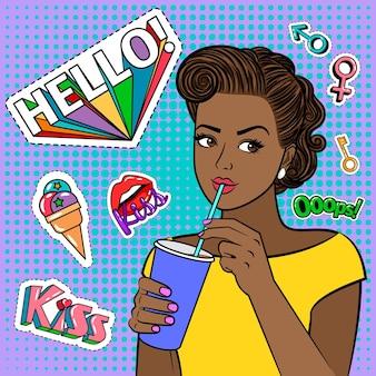 Garota negra pop art com bebida. mulher bonita e cômica segurando um copo de papel, ilustração retrô da moda mulher afro-americana