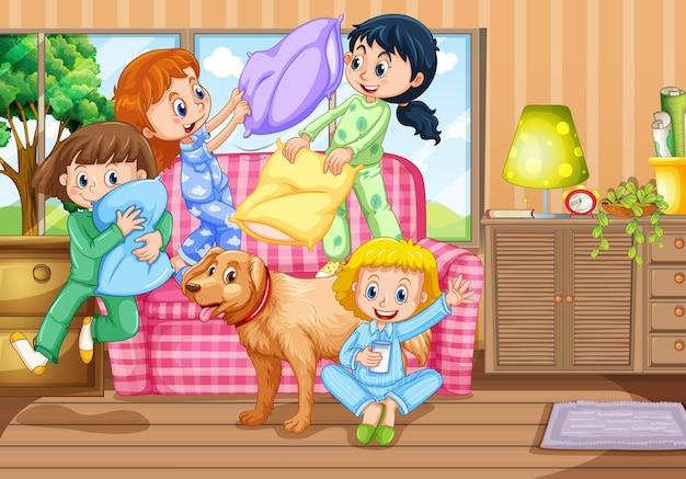 Garotas brincando de luta de travesseiros na festa do pijama