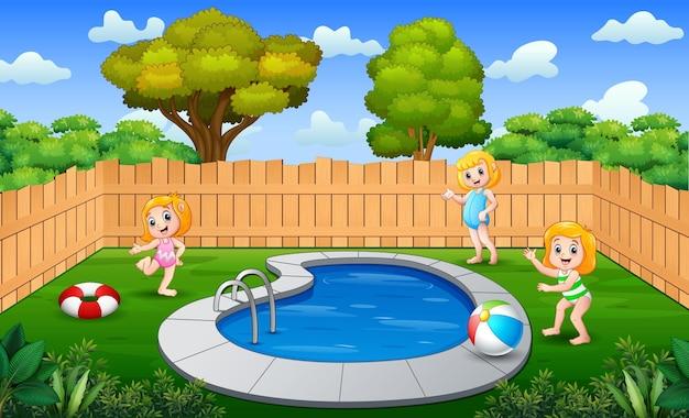 Garotas felizes brincando em uma piscina ao ar livre
