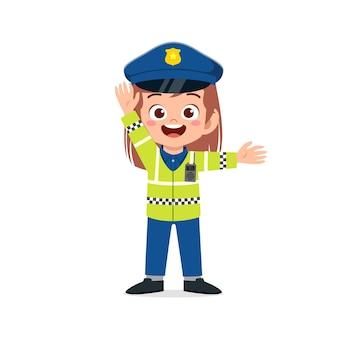 Garotinha feliz e fofa vestindo uniforme da polícia e gerencia o trânsito