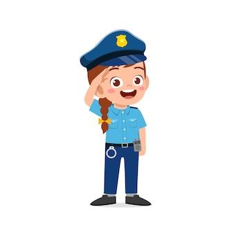 Garotinha feliz e fofa vestindo uniforme da polícia