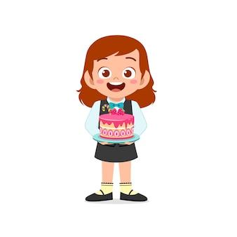 Garotinha feliz e fofa vestindo uniforme de garçom e segurando um bolo de aniversário