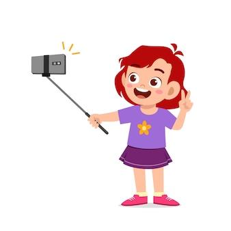 Garotinha fofa pose e selfie na frente da câmera