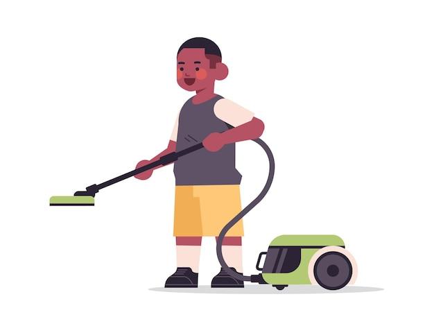 Garotinho afro-americano usando aspirador de pó, limpeza de conceito de infância, ilustração vetorial horizontal de comprimento total
