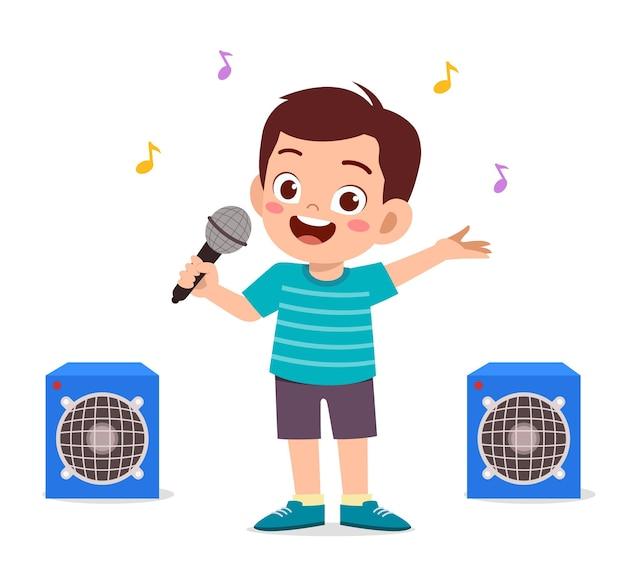 Garotinho cantando uma linda canção no palco
