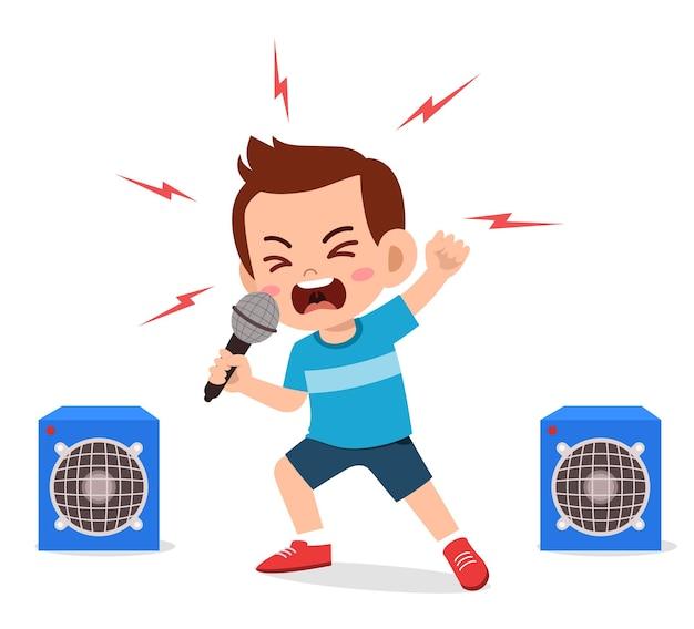 Garotinho cantando uma música no palco e gritando