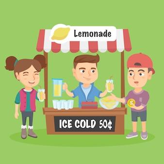 Garotinho caucasiano vendendo limonada.