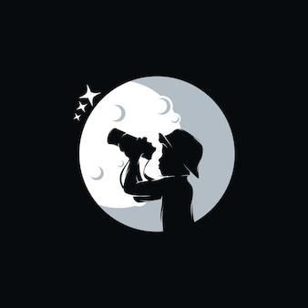Garotinho com logotipo de binóculos