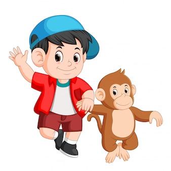 Garotinho está andando com um macaco