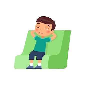 Garotinho fechou os olhos e se sentou em uma cadeira.